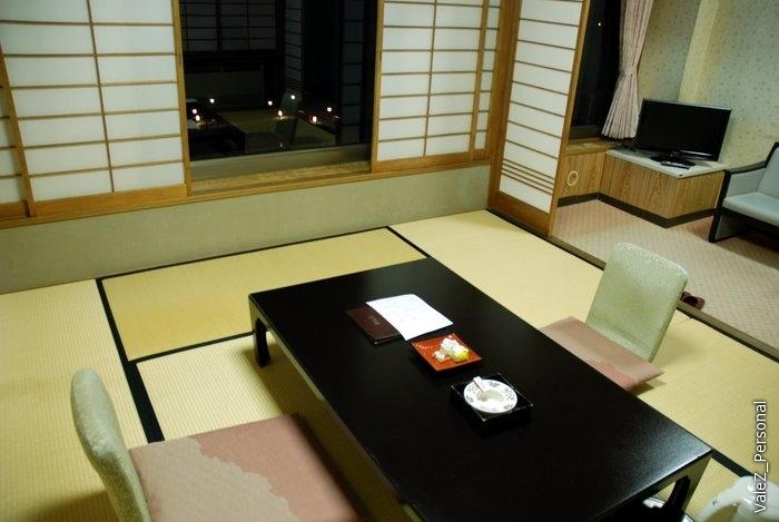 Шторы раздвигаются, но как во всех номерах в Японии, где я был - на балкончик, хоть он небольшой и есть, выйти нельзя. Хотя я и вылез, никакой решетки, как бывает, не было