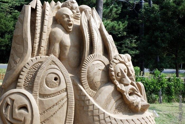 Та же скульптура, что и раньше, но вид сбоку