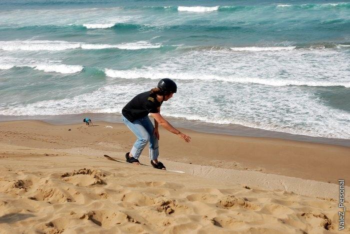 Падать в процессе спуска очень приятно - под песком нет ледовой корки, об которую можно ушибиться, просто ныряешь, переворот и едешь дальше