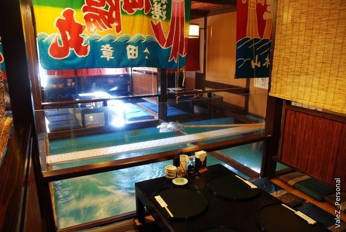 Сидишь за столиком, внизу плещется рыба, заказал - ее ловят, разделывают и уже у тебя на столе