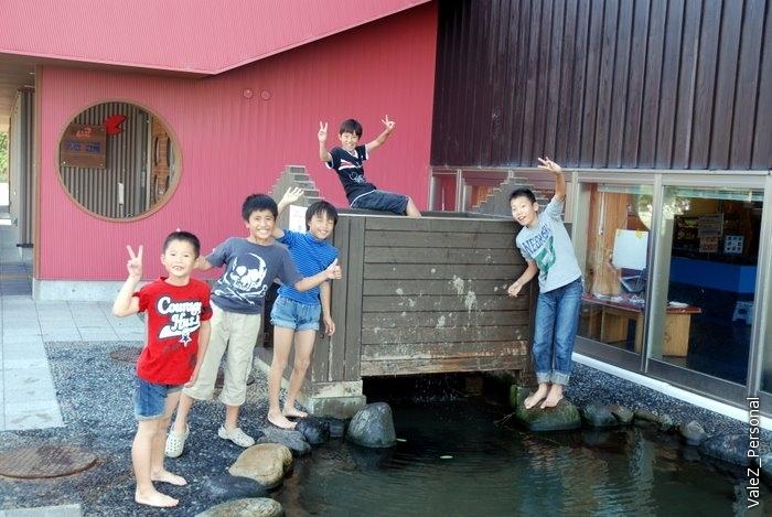 Возле ресторана что-то вроде школы, в ней дети, которые возятся в своей речке и рады иностранцам