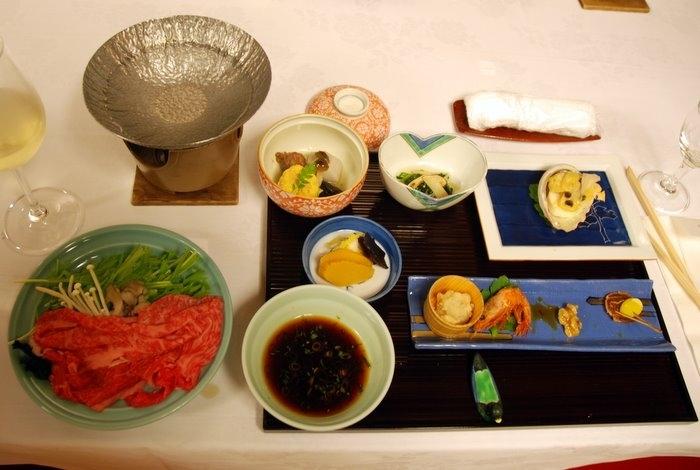 Традиционный ужин, с него у меня сохранилось меню (вернее скорее программа) со списком блюд, которые принесут