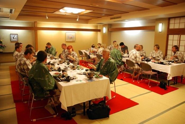 Как нам объяснили японцы - это невероятных размеров зал, где принимали императора. Это невероятная честь, что тут поставили европейские столы и стулья. Хотя нам уже больше нравится на полу, надо сказать.