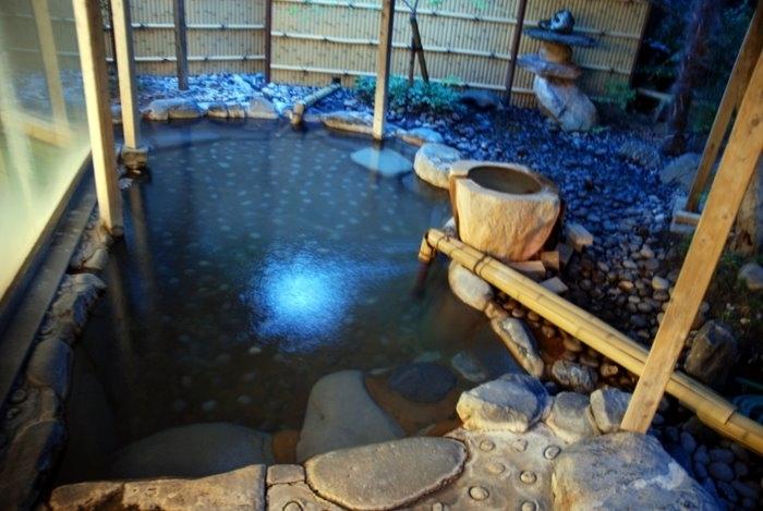 А тут вода есть, можно сидеть и смотреть на садик