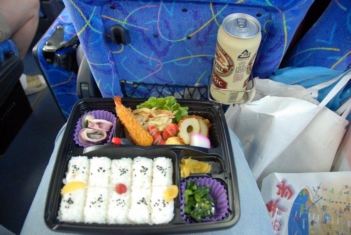 Рано выехали в Киото, чтобы не попасть в пробки, поэтому завтрак дали с собой, абсолютно все - вкусное