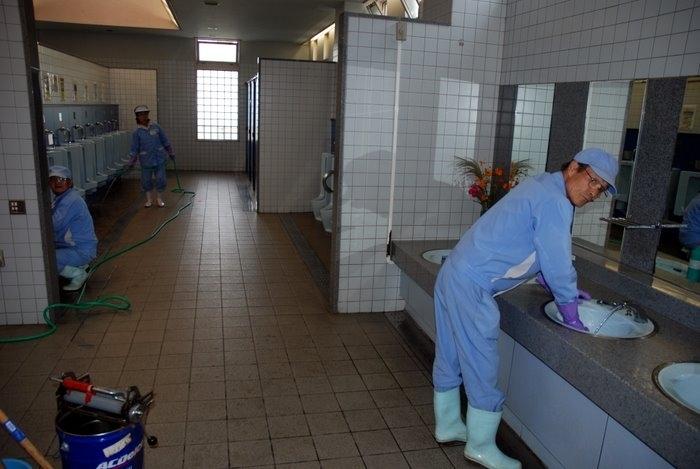 А это чистят мужской туалет, все блестит