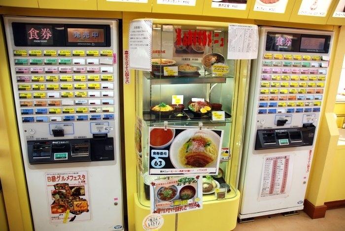 Но иногда бывают автоматы, которые выдают даже еду! И он стоит в ресторанчике придорожном, видимо прямо тут готовят, но экономят на кассирах и официантах, предпочитая загружать все в аппарат