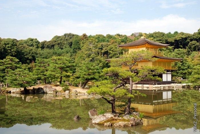 Кинкаку (Золотой Павильон), правильно называть Храм Рокуонджи. В 1220м году это была комфортабельная вилла