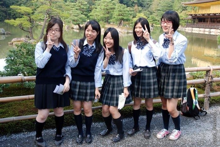 Мы впервые где-то вместе с японскими школьниками, поэтому сначала все потратили несколько сот кадров, чтобы их заснять