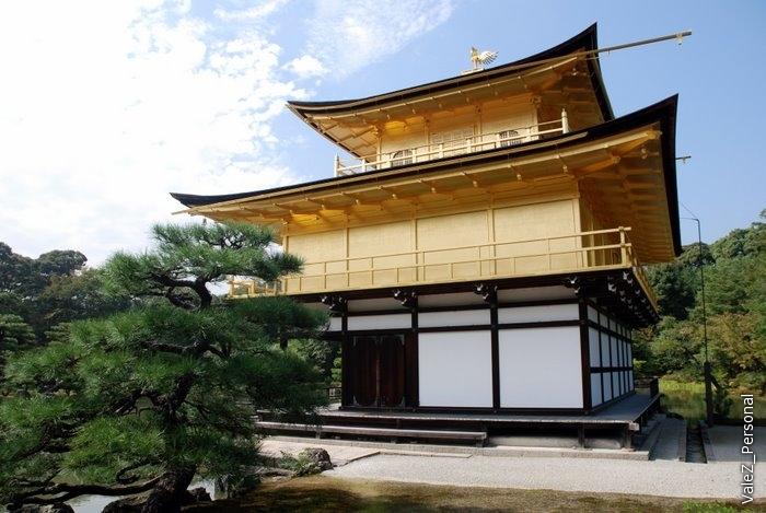 У павильона три этажа - первый в дворцовом стиле, второй - в стиле дома самурая и третий - храм в стиле секты Зен. Второй и третий этаж покрыты золотом. В 1987 оно было заменено на более тонкое.