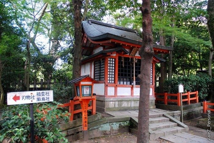 Мы в Киото, поэтому и на улице гейш много храмов