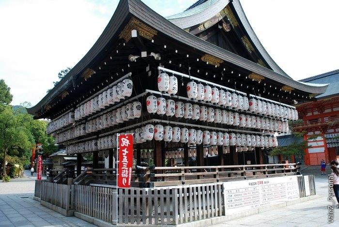 Рядом храм из воздушных фонариков, очень красиво по вечерам должно быть