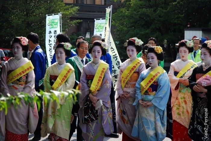 Отстали от экскурсии, фотографируя, увидели вдали кучу народа, заглянули, бааа, да тут гейши!