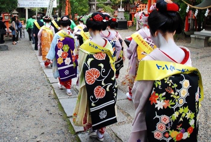 Начался, как мы назвали, гейш-парад, процессия с флагами отправилась к храму