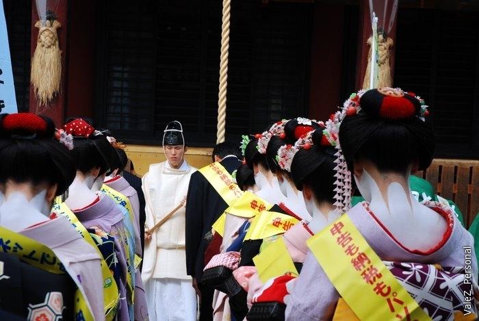 Монах храма благославляет видимо процессию. Что же это все значит, что за древняя церемония?
