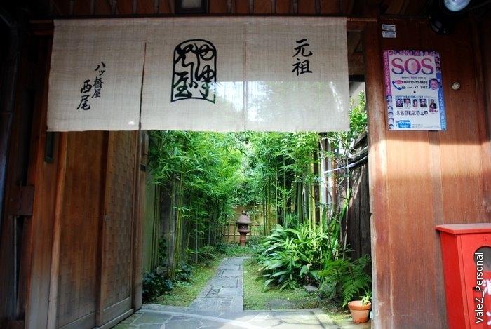 Простые японки, конечно, в кимоно под гейш не ходят и дома их не держат. Но иногда, когда они отдыхают, они могут пройти по такой вот дорожке и взять в аренду кимоно, чтобы слиться с древним Киото