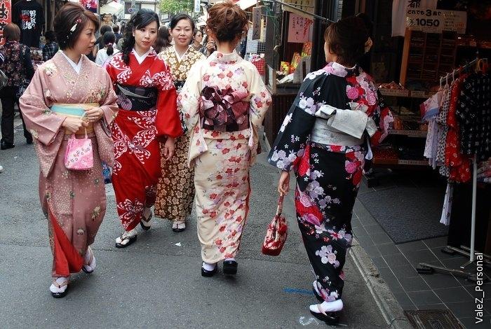 А вот еще много, очень многие туристы, в том числе сами японцы, берут на время костюм и становятся достопримечательностью сами