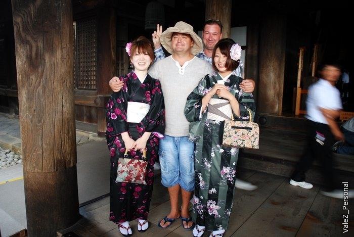 Константин как всегда в кадре там, где фотографируют японских девушек