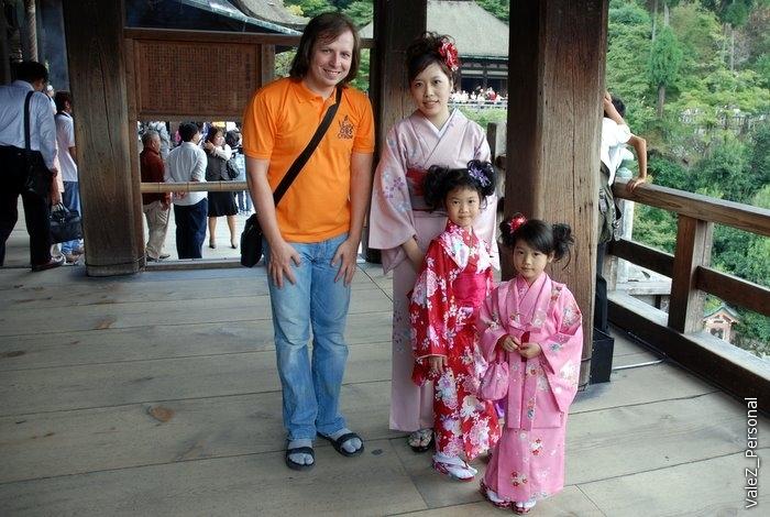 С ними и их мамой не удержался и сфотографировался, в числе многих, даже я