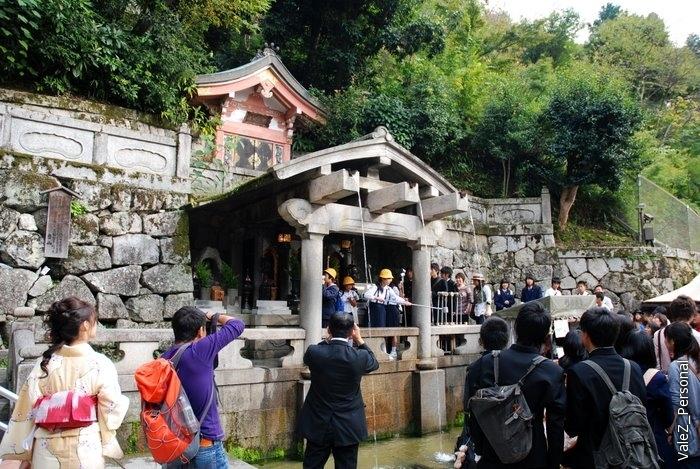 А вот и Храм Чистой воды, огромная очередь на то, чтобы попробовать воду именно из этого источника