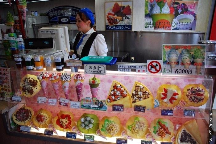 А вот традиционный японский фастфуд - вся еда в пластиковом виде на витрине