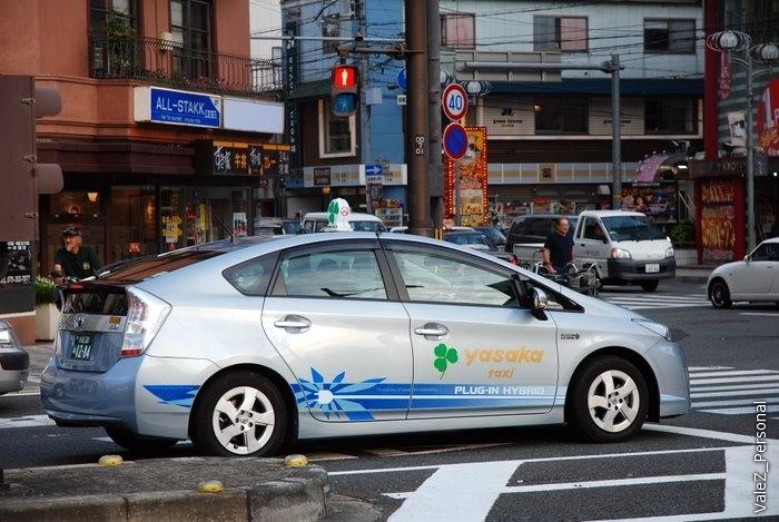 Обещанное несколько отчетов назад такси, которое не традиционное на Toyota Crown, а современное - на гибридном Prius