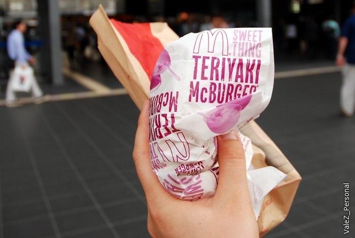 Гамбургер с соусом Терияки, до сих пор вкус во рту помнится, очень вкусно, съел бы еще разок, но это лишь местное блюдо
