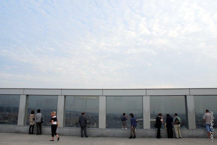 На 10м этаже смотровая площадка. Фотографировать через темное стекло невозможно ничего, кроме отражений (в чем есть большие мастера)