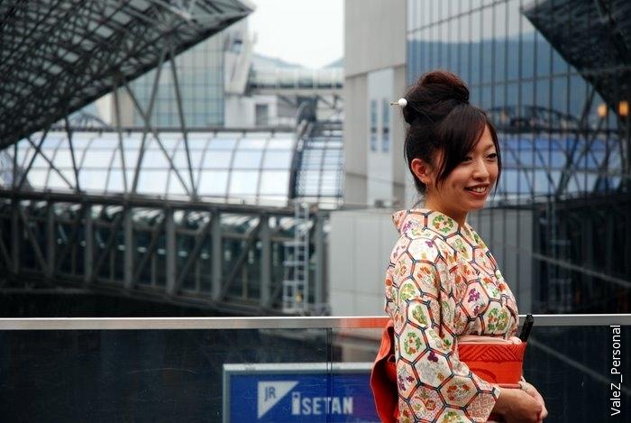 Девушки в кимоно доходят и до десятого этажа вокзала, с целью фотографироваться