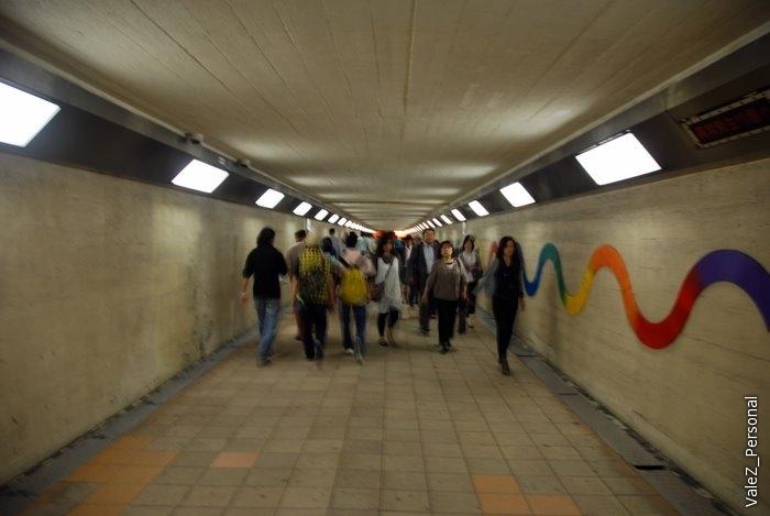 Пешеходный подземный переход, время 6 вечера, вся Осака спешит с работы домой