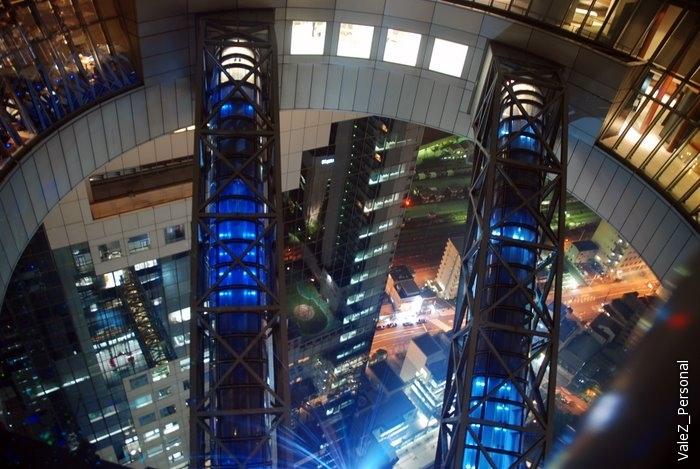 На смотровую площадку ведет эскалатор, который сооружен между башнями небоскреба, что при подъеме по эскалатору создает ощущение передвижения по небу.