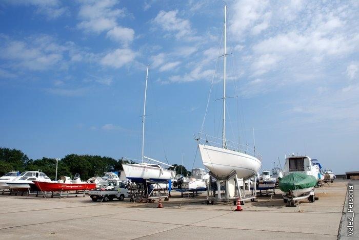 Парковка для яхт, на воде на всех места не хватит, есть подъемник и перевозчик