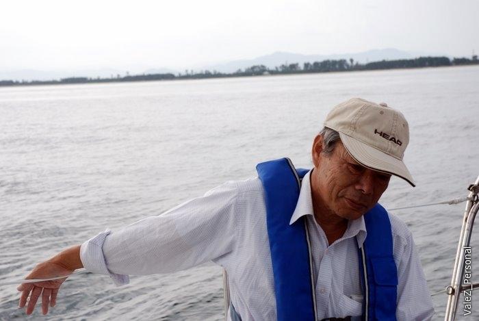 Хозяин яхты, президент технической лаборатории, наработался и отдыхает