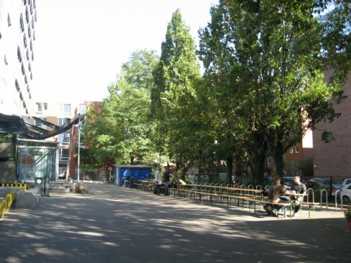 Двор перед зданием Университета прикладных наук в Гамбурге (HAW) а