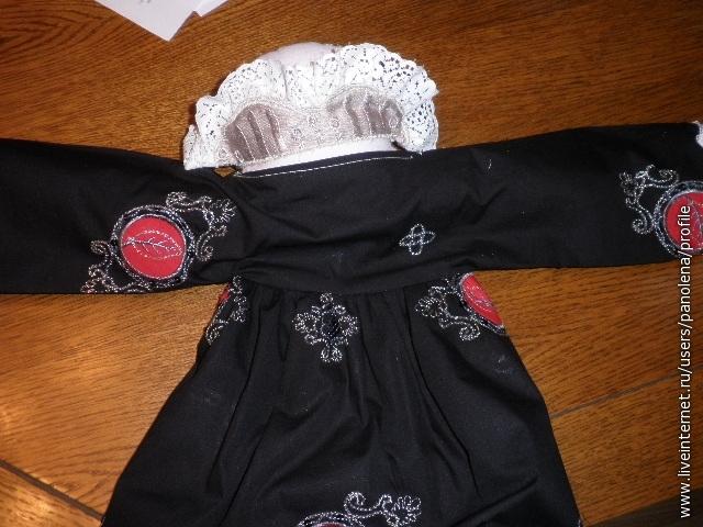 Сшить воротник и горловину платья.