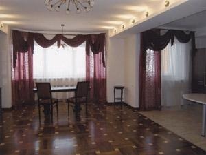 соты окна, одетый на кольца (на крепления) вместе с основными шторами или гардинами.