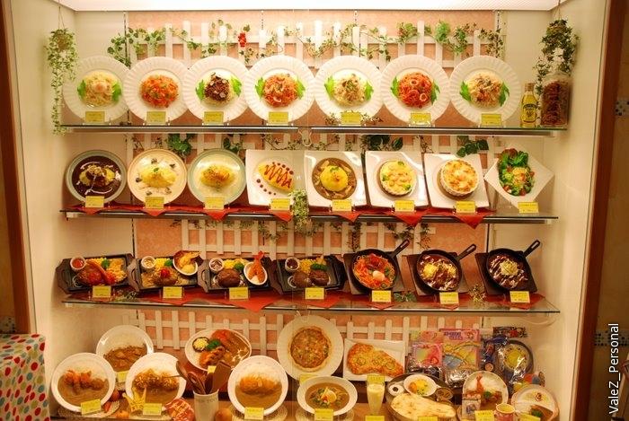 Идем обедать, кругом витрины с пласмассовой едой