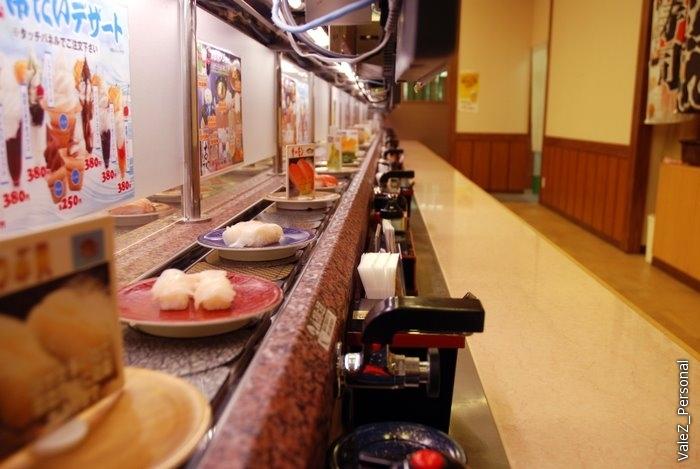 А обедаем мы в суши-баре с крутящейся лентой. Берешь все, что понравится, и ешь