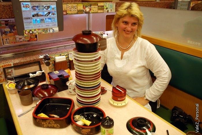 Наш стол и все тарелочки, не считая моих суши-сетов, которые мы скушали