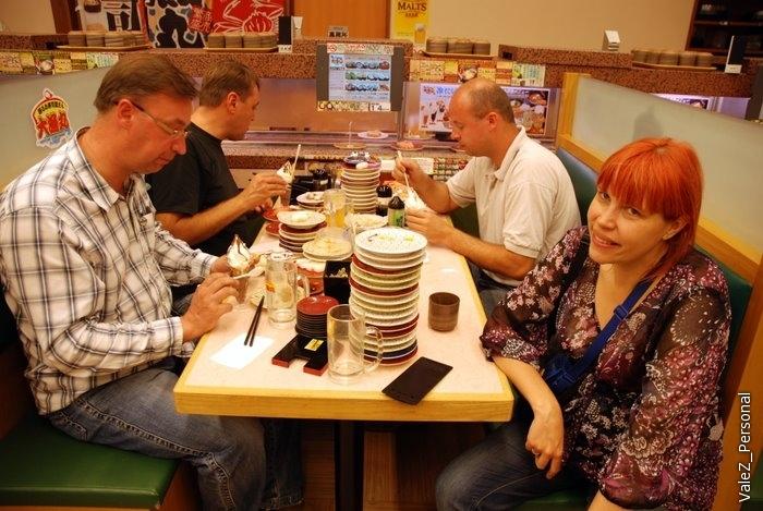 А вот рекордсмены, они съели вчетвером более 50 тарелок. Говорят официантки не верили своим глазам и пересчитывали несколько раз, рекорд!