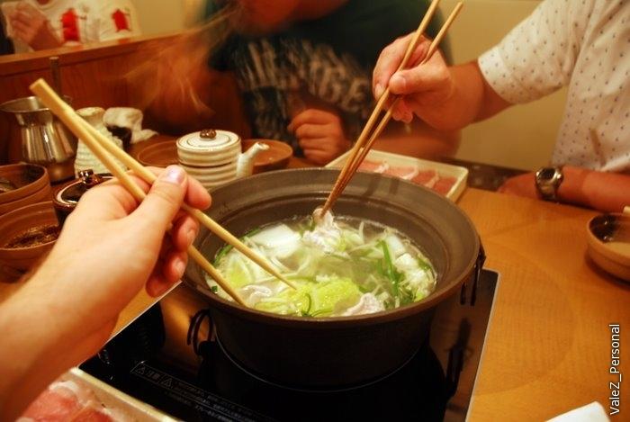 Мясо опускаем в горячую воду на несколько секунд, пока оно не поменяет окраску. Ломтики мраморной говядины так тонко нарезаны (интересно - как?), что готовится моментально. Каждый съел примерно по два лотка, очень вкусно