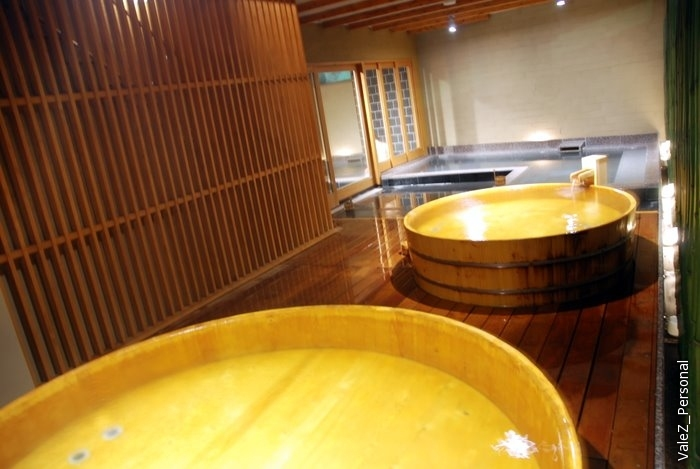 Деревянные ванны, где можно уединенно подумать, отдохнуть. После алкоголя не советуют принимать, кого-то из нас протрезвили из очень пьяного состояния, а кто-то вроде совсем не пьяный в горячей воде расслабился и опьянел. Пели песни, в том числе