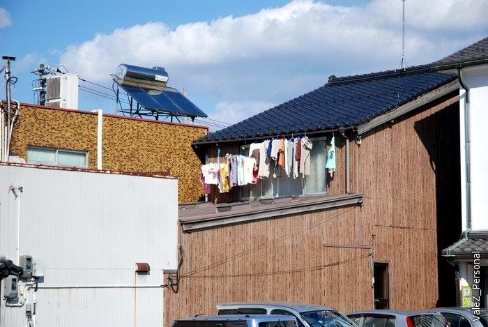 Напротив самурайского замка сушат белье