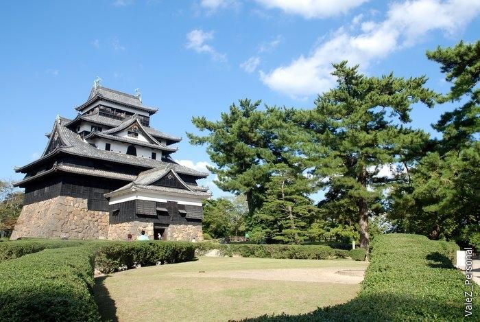 После реставрации Мэйдзи замок был конфискован у прежних владельцев. В 1875 году окружающие замок строения и укрепления были разрушены и разобраны, главную башню замка оставили нетронутой. В период с 1950 по 1955 годы была проведена полная реконструкция замка.