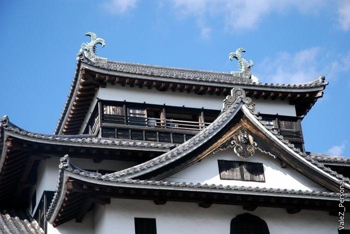 Верхушка замка украшена дельфинами, которые больше похожи на крокодилов, у них тигриная голова.