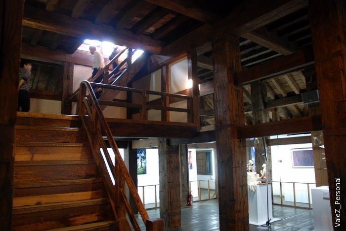 Деревянные лестницы в замке выглядят новыми, им гвозди точно были нужны