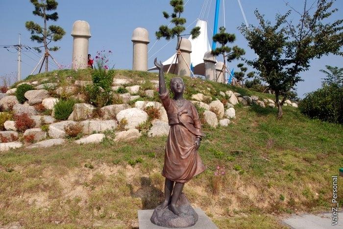 Единственная женщина-и та одетая! Для нее, кстати, строился этот парк: это утонувшая от неразделенной любви девственница, ставшая грозой морей