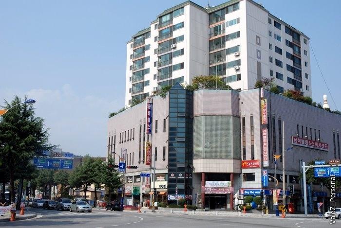 Приехали в большой корейский торговый центр, шоппинг перед паромом
