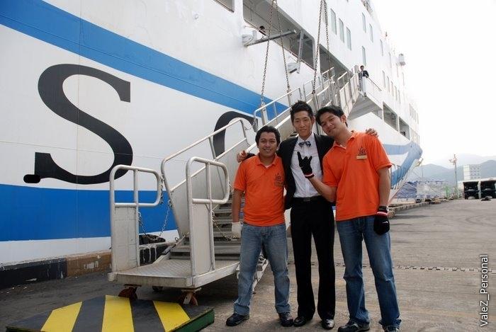 Наш паром, уже идем как домой. Корейские ребята там, кстати, все высокие и красивые, как подбирали. Ну и филиппинцы, куда же без них, они пониже и в оранжевом