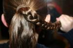 Разделите волосы на небольшие пряди (от 5 шт) и заплетите в косы. Попросите ребенка придерживать каждую косу, чтобы она не распускалась.